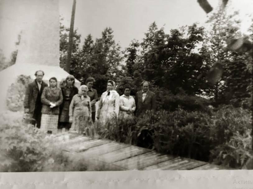 Дети и внуки иерея Николая Шмарина у мемориала в Оште, 1980-е гг.