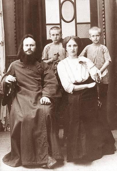 Диакон Петр Шмарин с Клавдией Георгиевной, Марией и Николаем (стоит справа), 1910 г.