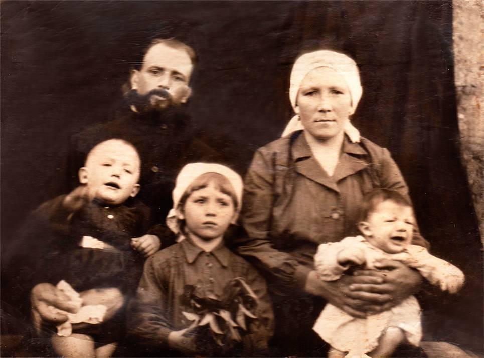 Отец Михаил Урываев с семьей, 1950-е.