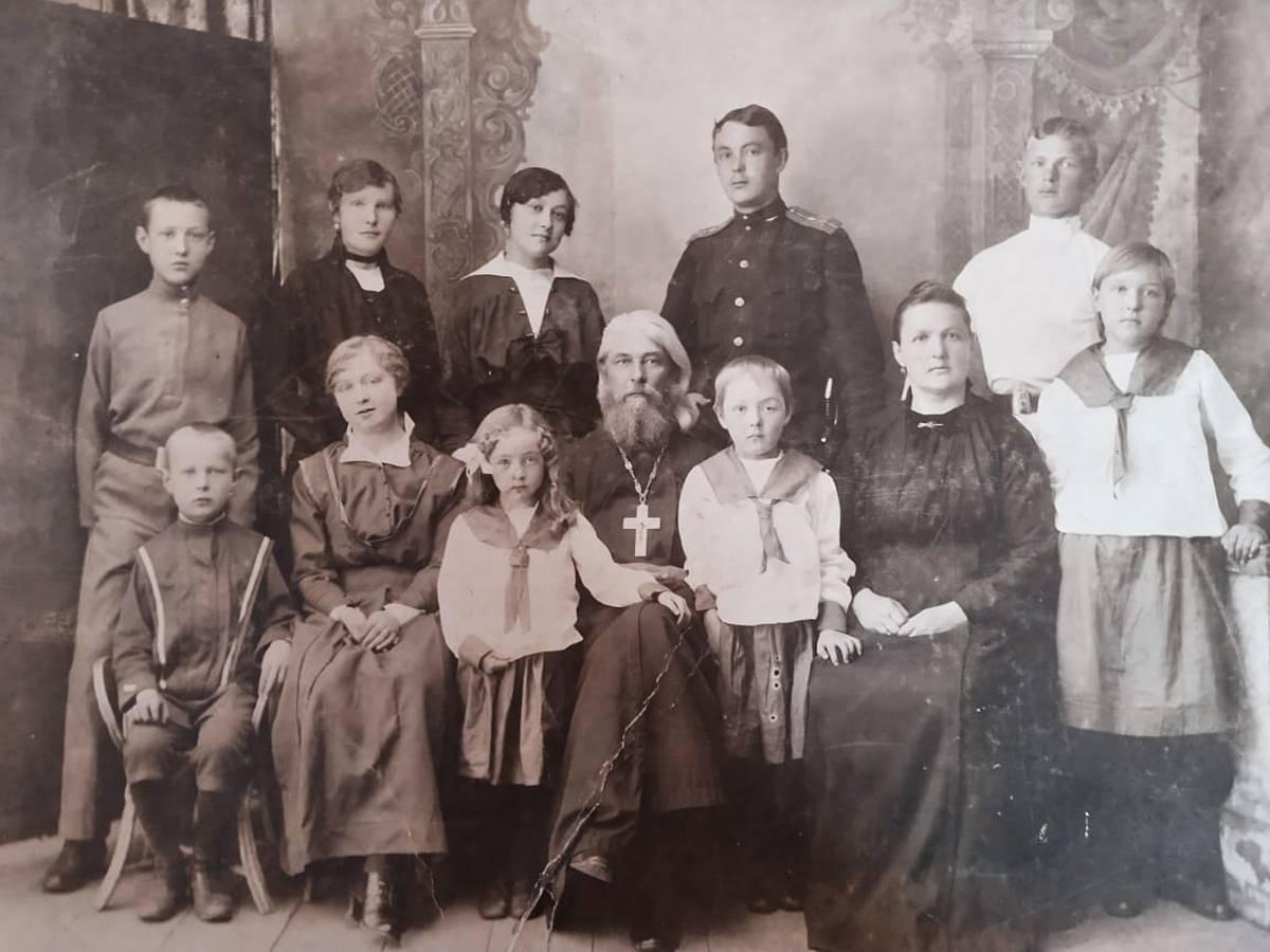 Семья прот. Леонида Славина. Галина стоит между родителями, 1914 г.