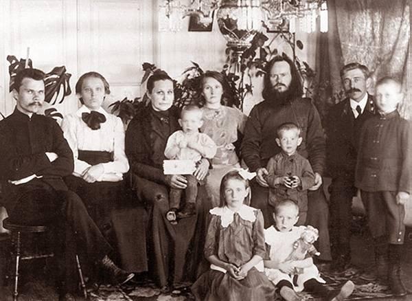 Семья о. Петра Шмарина, Финляндия, 1914 г. Николай стоит справа.