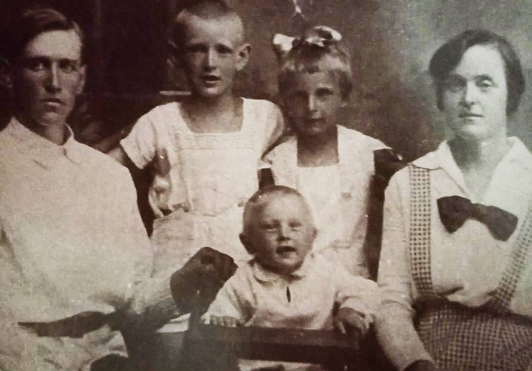 Отец Николай с Галиной Леонидовной, Александром, Зоей, Константином, 1937 г.